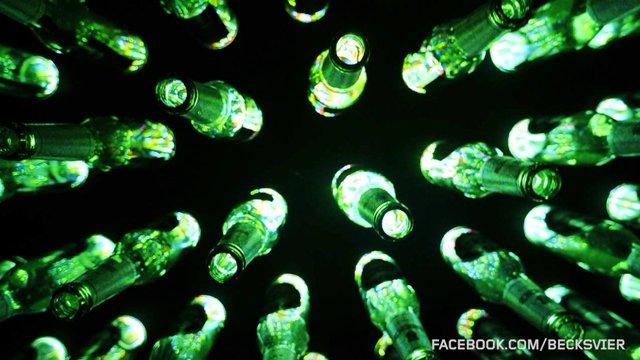 LED-Bierflaschentanz zu Zapfhahn-DJ-Set