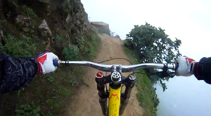 Adrenalin pur: Mountainbike-Abfahrt extrem