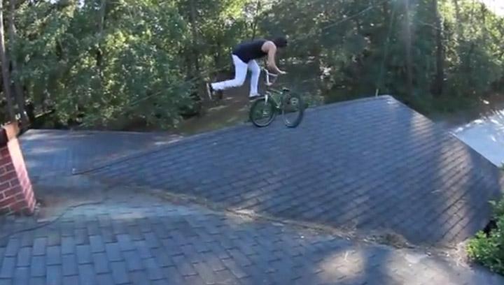 BMX-Tricksen auf dem Dach