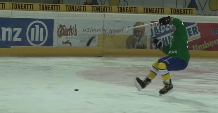 Wenn Fußballer sich an Eishockey versuchen
