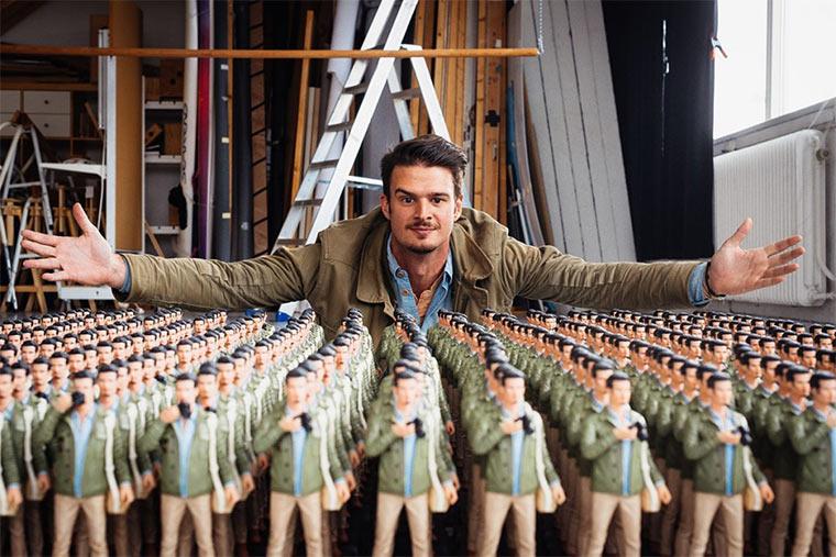 Fotograf lässt 400 Actionfiguren von sich erstellen