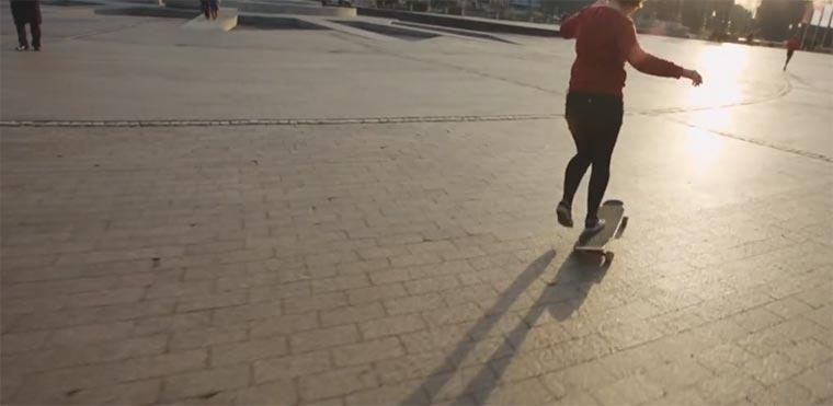 Auf dem Longboard durch Köln tanzen Giulia-longboarding