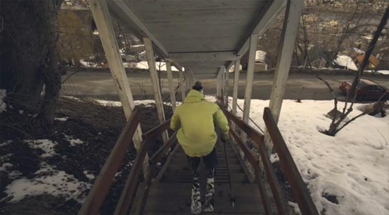 Mit den Skiern durch die verschneite Stadt