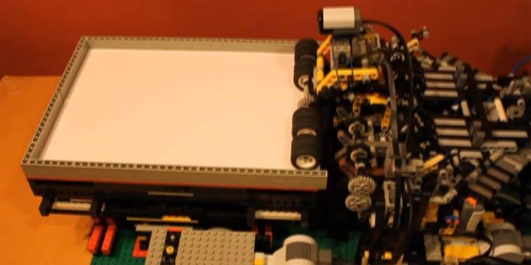 LEGO-Maschine baut Papierflieger