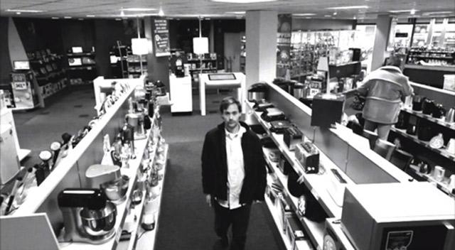 Kluger Ladendieb im Elektronikladen