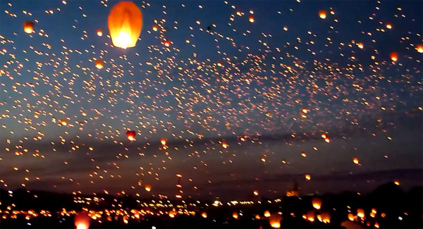 Rekord: 8.000 Lampions im polnischen Nachthimmel