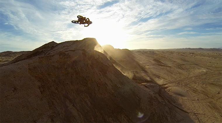 Mit dem Motocross über Dünen fliegen