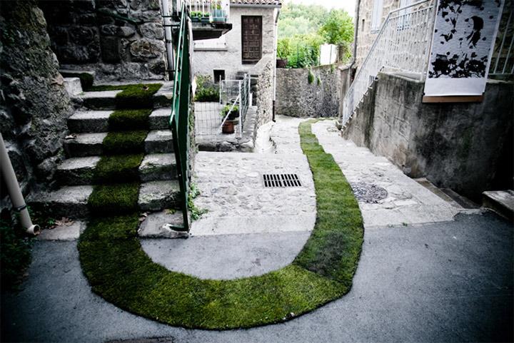 Folge dem grünen Rasenteppich