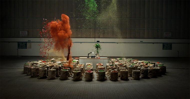 Explosives Gewürzfeuerwerk in Slowmotion