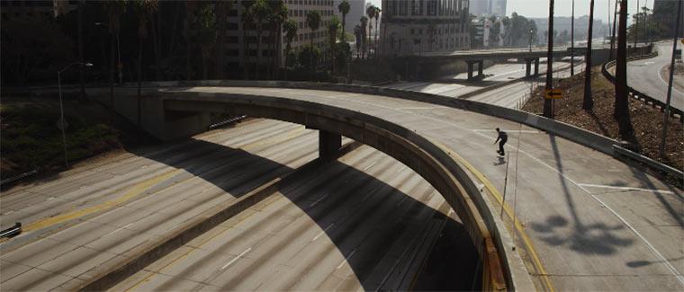 Skateboarden in einer leeren Stadt