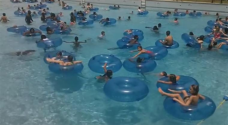 Rettingsschwimmer im Wellenbad