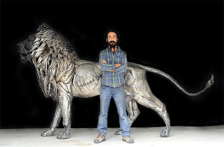 Löwenskulptur aus 4.000 Altmetall-Teilen