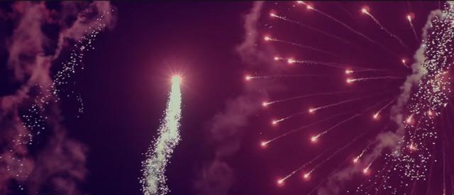 Rückwärts-Slowmotion-Feuerwerk