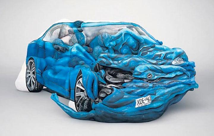 Ein Auto aus bodypainteten Menschen