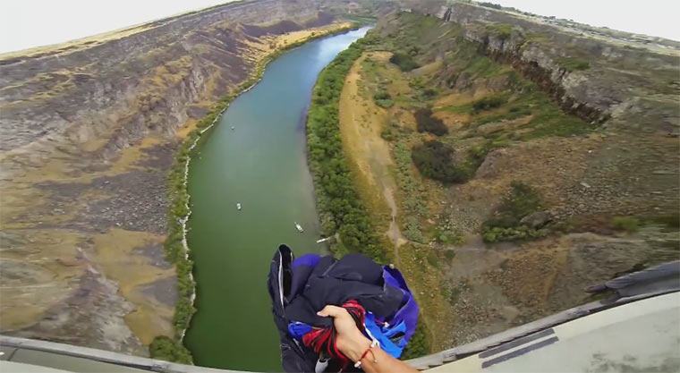 Von der Brücke auf ein Boot springen