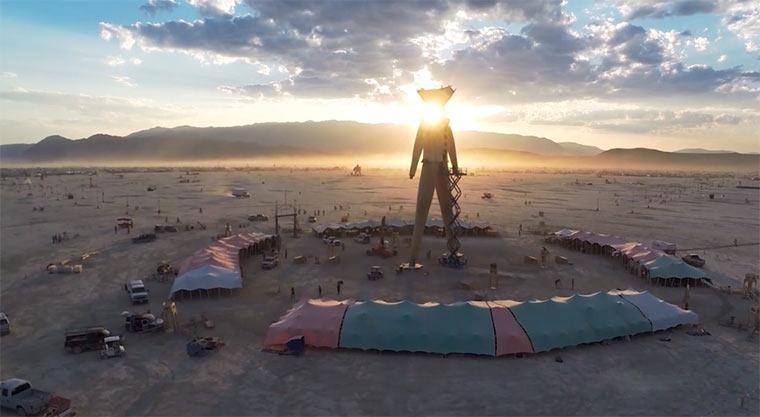 Kameradrohne über Burning Man 2014