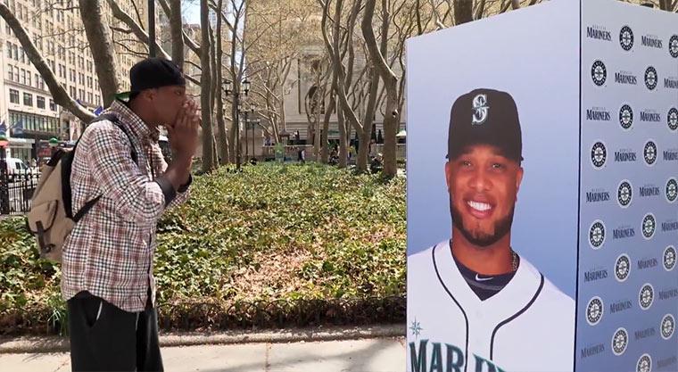 Ausgebuhter Baseballstar erscheint aus dem Nichts