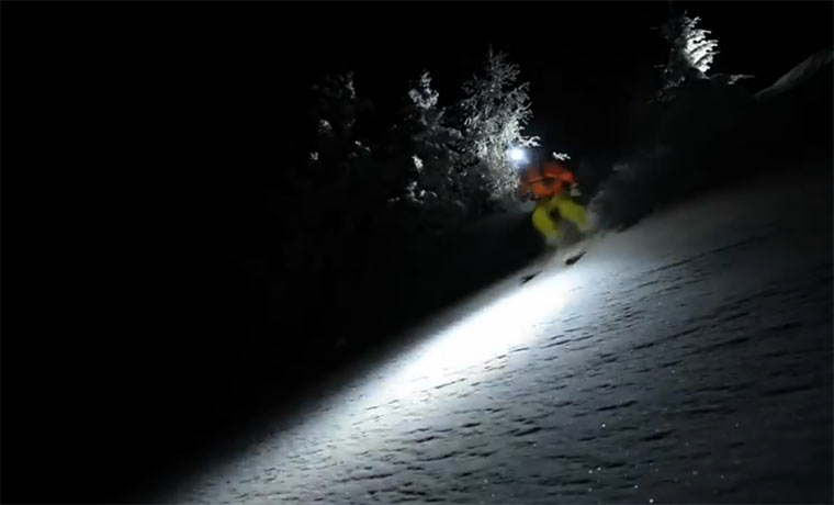 Skifahren in pechschwarzer Nacht