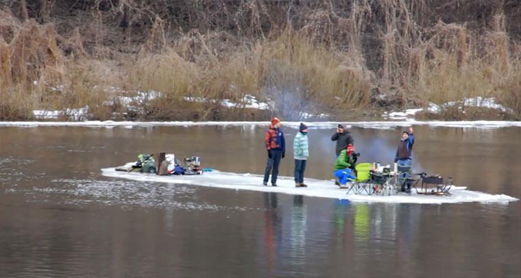 Auf der Eisscholleninsel über den Fluss fahren