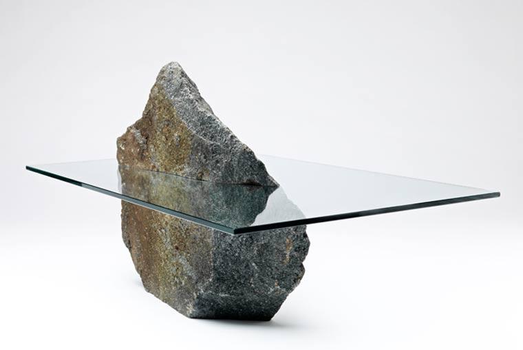 Tisch mit eingebautem Riesensteinsprung