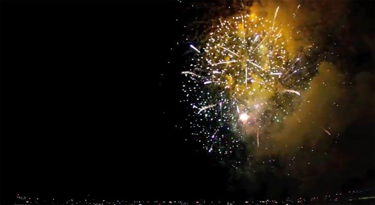 Feuerwerk in rückwärtiger Zeitlupe