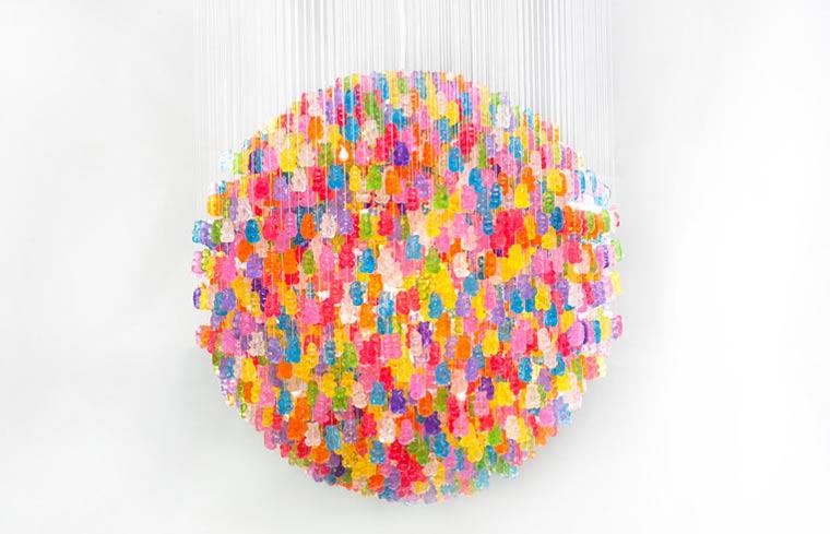 Kronleuchter aus 3.000 Gummibären