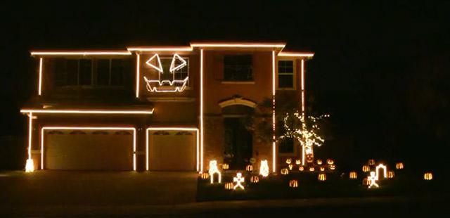 Häuserfassade singt: Halloween Light Show