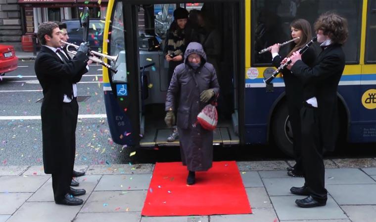Verstecktes Orchester überrascht Passanten