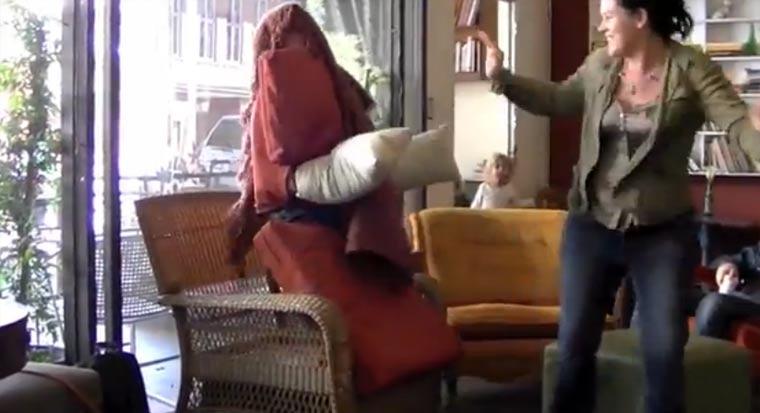 Streich: Mann in Stuhlverkleidung im Café