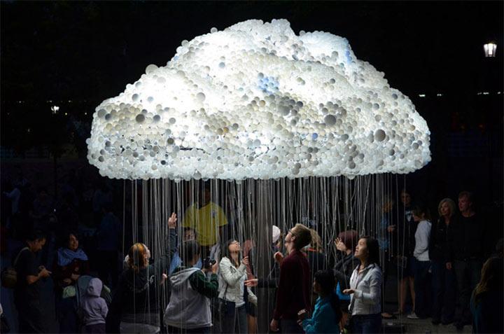 Interaktive Wolke aus 5.000 Glühbirnen