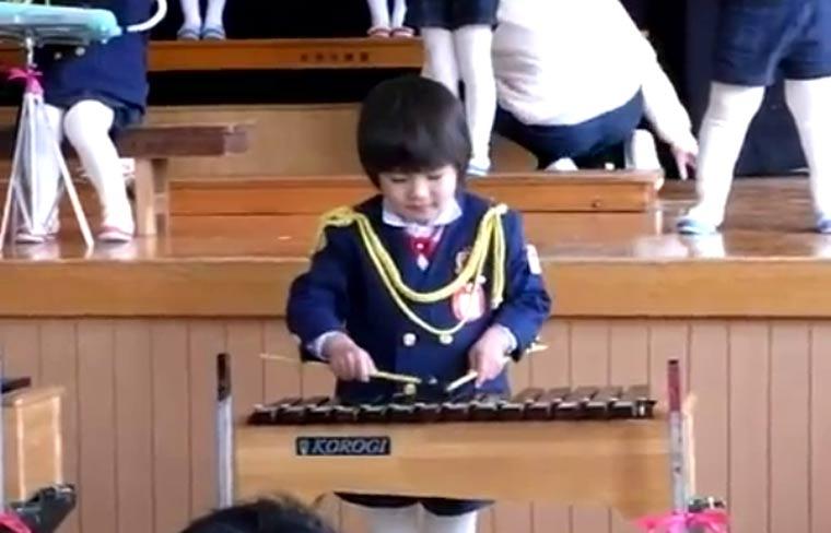 Kind geht am Xylophon ab