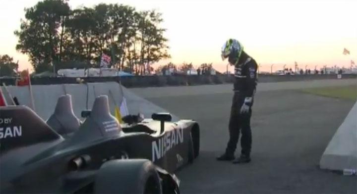 Traurig: Rennfahrer will eigenes Auto reparieren