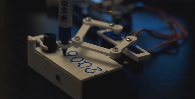 3D-gedruckte Uhr schreibt minütlich Zeit auf