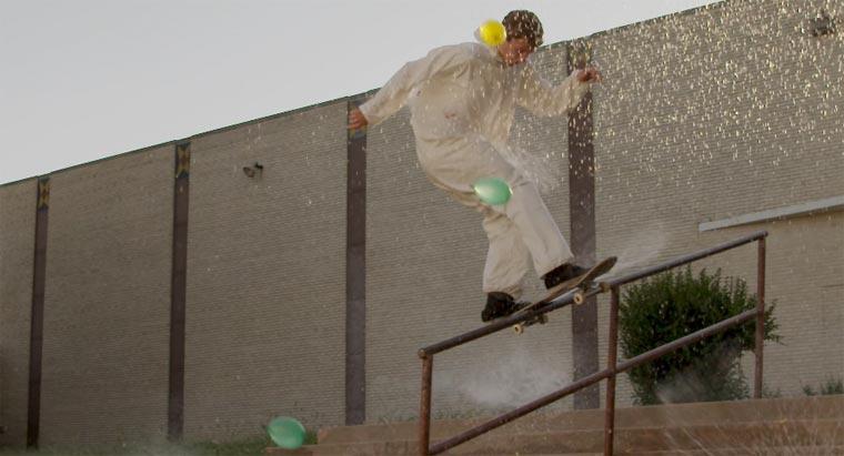 Skateboarder mit Wasserbomben bewerfen.
