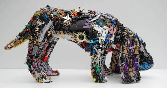 Skulpturen aus recycletem Spielzeug