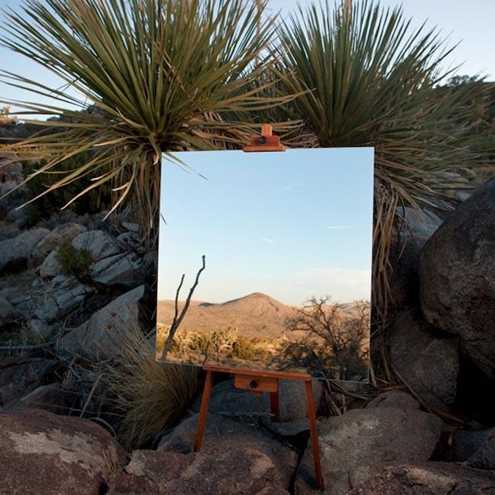 Spiegel-Leinwände in der Wüste