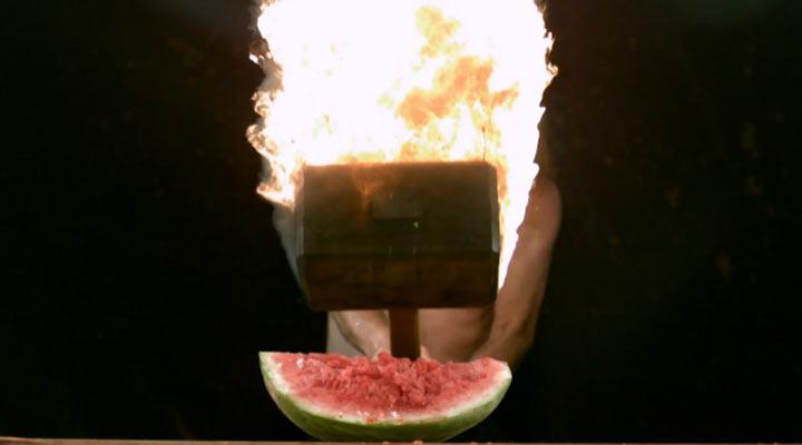 Slowmotion-Feuerhammer schlägt Wassermelone