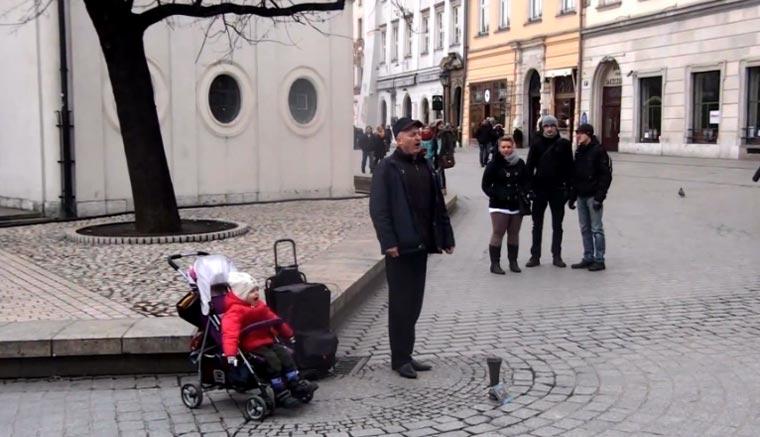 Süß: Babystraßenmusikant singt Oper mit