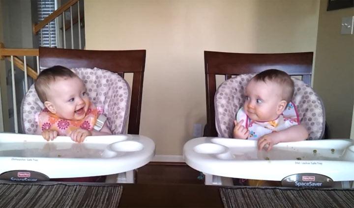 Zwillingsbabies rocken das erste Mal ab