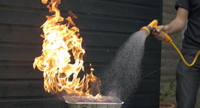 Slowmotion: Wasser vs. Feuer