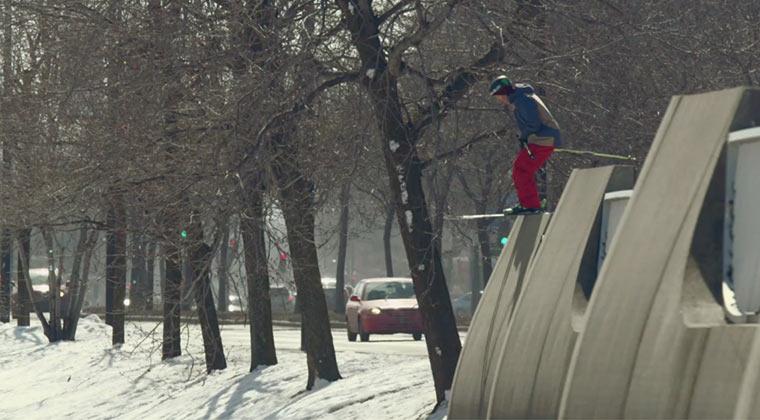 Mit den Skiern und Snowboards durch die Stadt