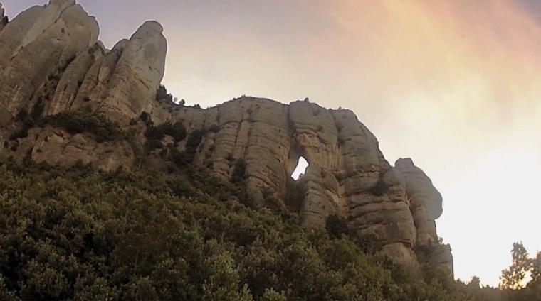 verrückter Wingsuit-Flug durch ein steinernes Tor