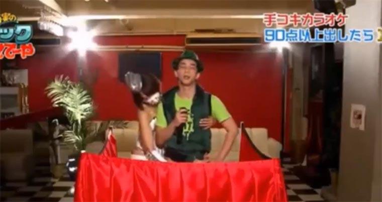 Karaoke singen, während Mann befriedigt wird Killer-Karaoke