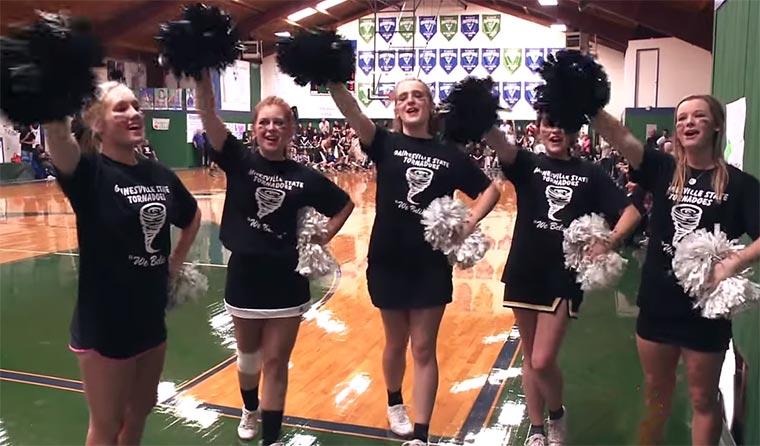 Jugendbasketball-Team wird von den gegnerischen Fans bejubelt tornadoes