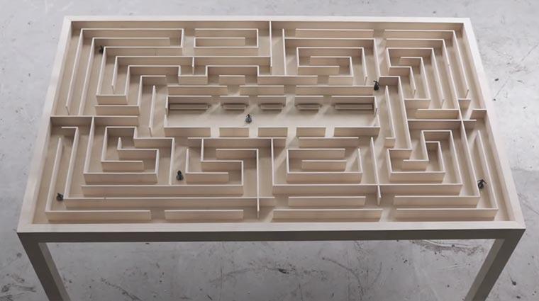 Labyrinth-Table