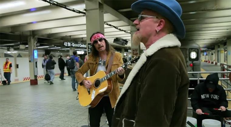 U2 als Straßenmusikanten verkleidet U2-subway