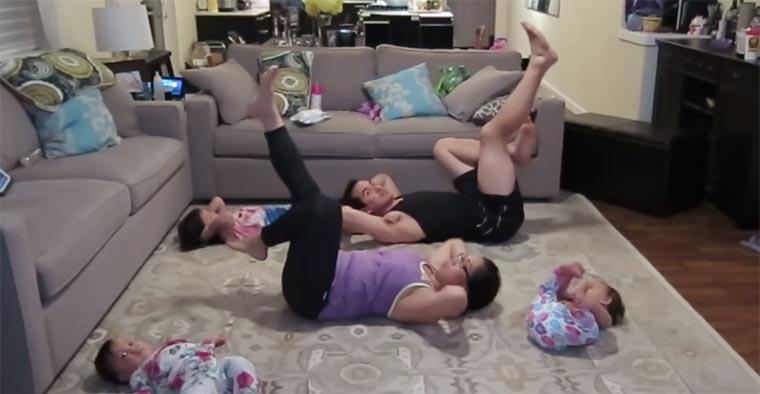 Fitness-Übungen mit Kleinkindern im Haus family-exercise
