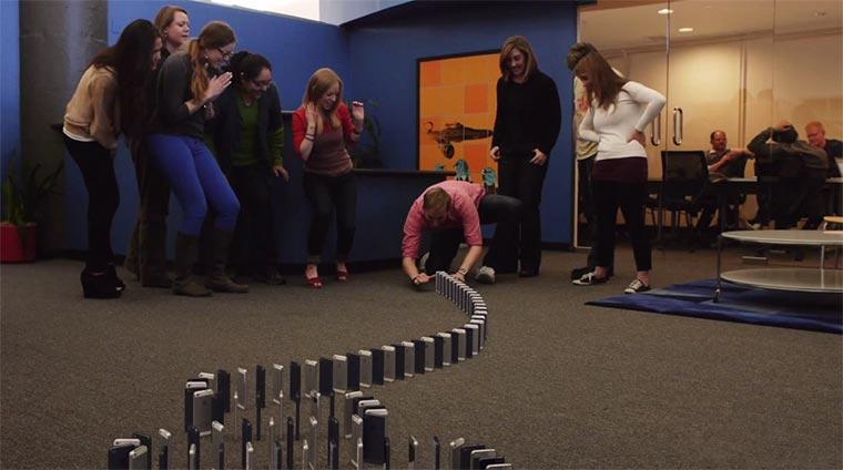 Domino mit 10.000 iPhones tenthousandiphones