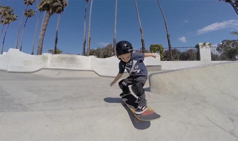 Clias Shetler, der zweijährige Skateboarder