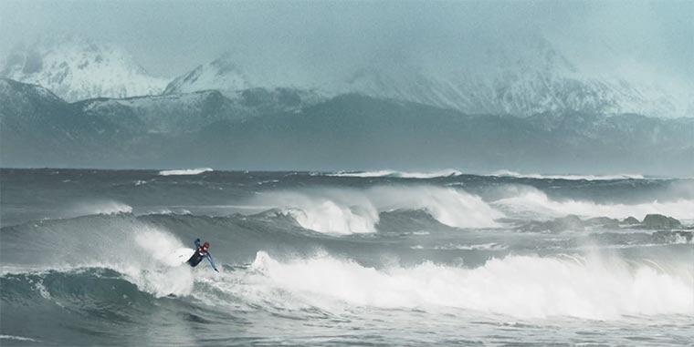 Surfen im Eiswasser Norwegens